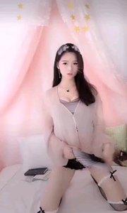 @乖乖小仙女(74055542)跪坐在床上,手持一把折扇,还有那半掩的娇容,简直让人热血沸腾