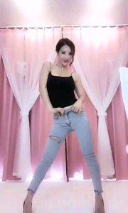 @鑫大宝热舞baby(51683322)一条简单的破洞牛仔裤,尽显修长美腿