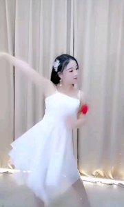 @歌舞依婷?(196574322)?#34892;?#36825;条视频让我看到你,白裙飘飘,?红色的玫瑰偏又跳出了魅惑的引诱