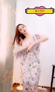 #性感不腻的热舞  @夏·妃 ?? 素雅的月白色碎花长裙,看上去那样的软绵轻柔,让人忍不住想要怜惜,要呵护