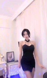 #性感不腻的热舞  @李小仙♥懂你 性感深V小黑裙,被深深的吸引住了目光,挪不开脚步