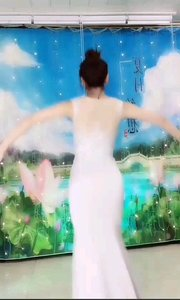#性感不腻的热舞  @✨火爆猴? 一袭拖地长裙衬托整个人仙气飘飘,又如白莲般让人注目