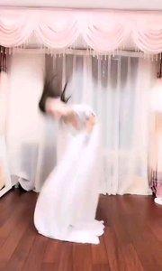 #性感不腻的热舞  @甜品公主?? 一身白衣,少了些仙气飘飘,但多了些女人的柔媚,多了些温柔