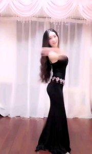 #性感不腻的热舞  @甜品公主?? 白裙飘飘似仙,黑裙神秘性感,完美突出她的好身材,在不停甩发的时候却把人心给缠绕住了