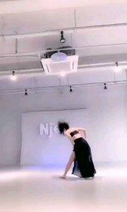 #性感不腻的热舞  @吴悦儿✨ 本是一首相当柔情暧昧的歌曲,楞是用这黑色的长裙演绎出这么充满力量感的舞蹈
