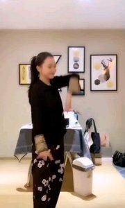 #性感不腻的热舞 #爱跳舞的我最美 #我怎么这么好看 @?小乔?、 看起来更像是一只优雅高贵的丹顶鹤,又像是舞蹈及太极相结合的新式舞蹈,简直太美了