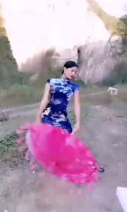 #性感不腻的热舞  @?一只温柔蜜? 一身蓝色旗袍,一把纸油伞,为这平淡的景色添上了浓重的一抹色彩