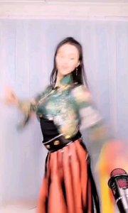 """#性感不腻的热舞  @子芊小妞 这个腰功简直厉害了,封个""""小腰精""""称号不过分吧"""