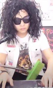 @宫大少(77777166)头披凌乱长发,眼带大黑墨镜,手持吉他...不对那是扫把,深情献唱《因为爱所以爱》,可带劲了!