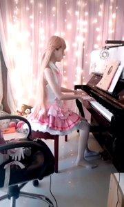 @Senko大宝贝(130314339)化身激萌二次元美少女,优雅弹奏钢琴曲,这反差萌...啊~我的眼睛都成小星星了!