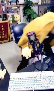 @张尧(88844484)听说花椒最近性感美女主播很多?居然异想天开,要开执法栏目,想啥呢...