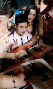 #主播的高光时刻  @吴猛_ 遭遇粉丝疯狂围堵索要签名,这就是人气所在
