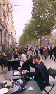 #主播的高光时刻  @? 巴黎小鱼儿 在异国的街头餐桌上,代表和平的鸽子会与客人和睦相处,不会遭到驱逐