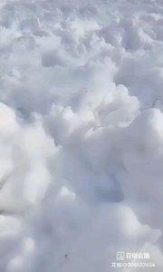 #花椒星闻 #书画之美 #莹莹 #短视频 #这是云彩是雪 @花椒热点  @?莹??莹 刚刚发了一段短视频并发问~猜猜这是云彩还是雪?@花椒热点  粉丝宝宝们各抒己见。真的是雪吗?这么厚,在夏天将要来临的时候,下雪啦?!还真不敢相信自己的眼睛,直到看到那个大脚印儿。。。 黑龙江果真下大雪了,这奇怪的天气,不过也为大家增添了无限乐趣,比如@?莹??莹 就为大家整了这么段猜谜视频。 @?莹??莹 唱歌主播每天晚上7点~10点直播,歌甜人美,不容错过。喜欢听歌的话提前关注她吧。@花椒热点  感谢@?莹??莹 短视