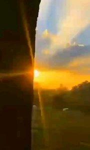 生活从来不会刻意亏欠谁, 它给你一块阴影 必会在不远处撒下阳光!