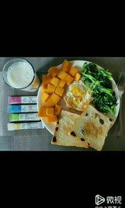 ? 早餐分享: 主食:面包 水果,蔬菜 鸡蛋,牛奶是标配 再来点营养补充剂♦️ 我很负责任的说:吃早餐我是认真的!