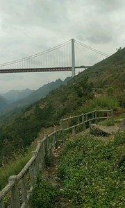 """坝陵河大桥 坝陵河大桥位于贵州省安顺市高原重丘区,是主跨1088米的单跨钢桁加劲梁悬索桥,桥梁全长1564米,桥面至坝陵河水面370米,建成时是居""""国内第一,世界第六""""的大跨径钢桁梁悬索桥。#错过我就是错过全世界"""