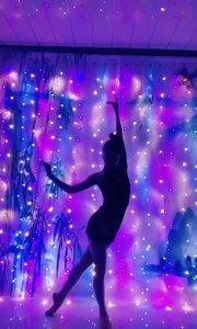 星星点点的灯光下起舞