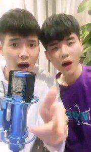 #花椒音乐人  @可口vs可乐 一对默契的双胞胎兄弟,唱歌搞笑乃是两人天份,每日13点30分开播,喜欢主播的可以点击主播昵称进入到个人主页+关注