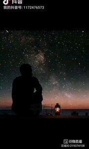 仰望天空,零星点点。我苦笑,如此微弱的光芒怎抵得过黑夜的覆没,想着你的感觉,有如风的缠绻,吹乱我的日夜,吹也吹不走你的容颜,吹不走对你的思念。黑夜让孤独变得深邃,孤独在黑夜升华,绽放演绎着黑色的美丽,没有星星的夜里、我还是我自己,放眼望去,灯光朦胧。