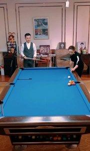 搭档台球天后潘晓婷 完成双人花式台球表演