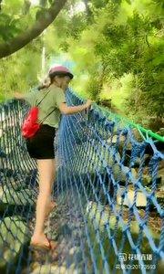 #花椒星闻 @花椒热点 主播@文艺芊儿❤️ 带你热带雨林徒步旅行,一起跟随她的脚步,快乐出发。主播@文艺芊儿❤️ 来到海南三亚,体验热带风情,高温抵挡不住看风景的心情哦