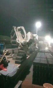 夜深了,砖厂工人还在继续努力奋战