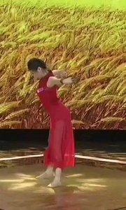 #花椒星闻 @花椒热点 #2019巅峰之战  一匹黑马,一个伯乐 @子芊小妞 自幼学习舞蹈,一直到大学毕业,一直在追求舞蹈艺术。#2019巅峰之战 @子芊小妞 最早的愿望,是进入线上PK赛,可以在热门展示舞蹈。接下来一发不可收拾,她的目标总在可以触及的前方……96进48▶48进24▶24进12。来之前,@子芊小妞 的心愿是在#2019巅峰之战 的舞台上跳一支舞。最后幸运的取得了#女神之争 的季军,成为一匹大黑马。说到黑马,不得不提起伯乐:@山海会盟 哥,他一路默默无闻,帮助@子芊小妞 圆了一个又一个梦想,
