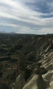 土耳其卡帕多奇亚,卡帕多奇亚的奇岩地貌仿佛月球的表面,绵延几千公里。到处是被玄武岩象伞一样遮盖起来的地方。