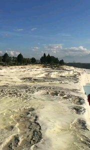 土耳其棉花堡,远近闻名的温泉度假胜地,此地不仅有上千年的天然温泉,更有这种古怪的好似棉花一样的山丘。