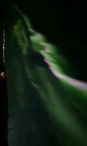 北极光,大自然的奇迹(加拿大),来自地球磁层或太阳的高能带电粒子流(太阳风)使高层大气分子或原子激发(或电离)而产生。